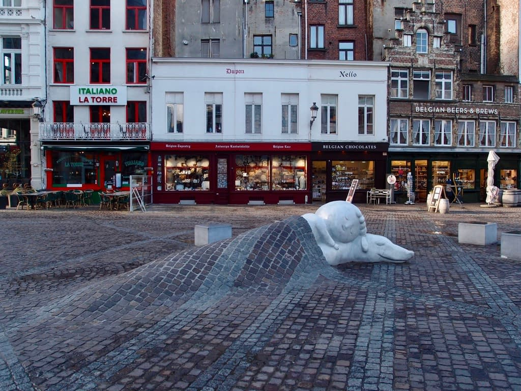 boy and his dog sculpture in Antwerp