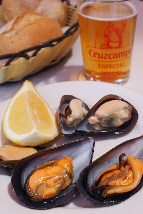 plate of mussels with lemon